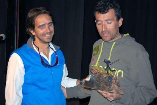 El delegado de Fdmescyl en Salamanca, Alberto Sánchez, entrega un recuerdo a Miguel Heras. /FDMESCYL