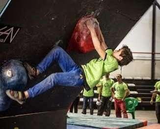 Un joven escalador castellano y leonés durante la prueba.