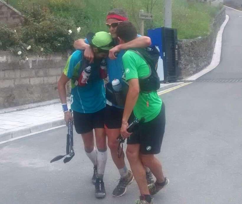 Pablo Villa, Manuel Merillas y Fran Piñeras se abrazan tras conseguir el récord en Sotres. /JAVIER PÉREZ OLEA
