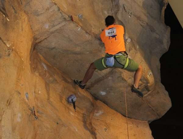 Un escalador en la primera edición del Campeonato de Escalada Deportiva de Castilla y León. /FDMESCYL