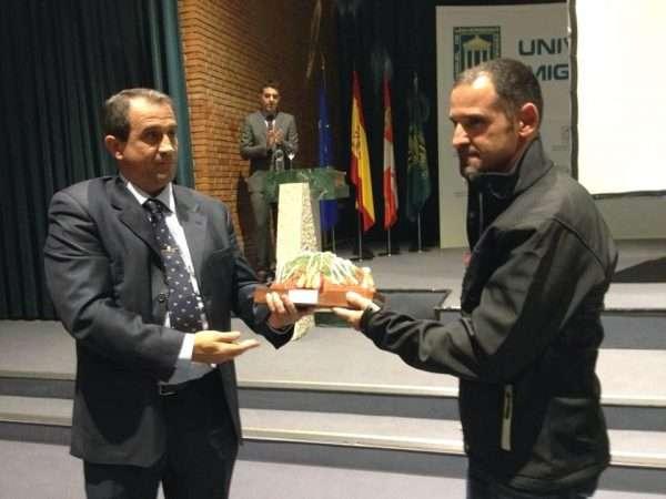 El teniente coronel jefe de la Comandancia de Valladolid, Juan Miguel Recio; y Anselmo Avidal, agente del GREIM, posan con el obsequio de Fdmescyl