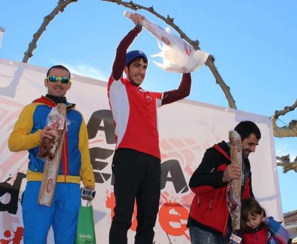 El leonés Pablo Villa celebra el triunfo en la Peña del Tren 2014, junto a David López Castán y Felipe Artigue. / FDMESCYL