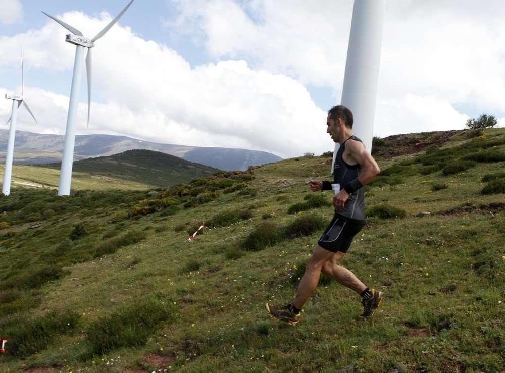 Carmelo Revilla durane el descenso del Pico Valdecebollas en la VII Integral de Valdecebollas. /FDMESCYL