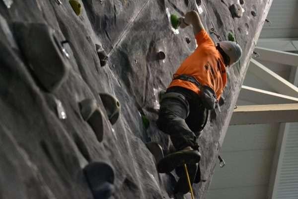 Un escalador, en la edición de 2014 del Campeonato de Escalada Ciudad de Burgos. /FDMESCYL