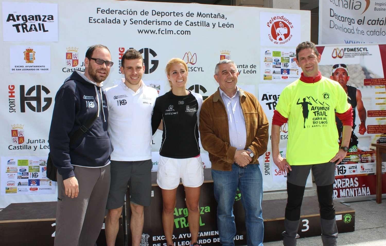 Álvaro García y Patricia Muñoz, primeros líderes de la X Copa Sport HG de Castilla y León, posan con las autoridades en el Arganza Trail. /FDMESCYL