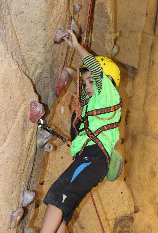 Joven escalador, durante una jornada de escalada. /FDMESCYL